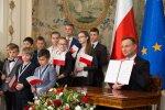 Podpisanie pierwszej inicjatywy legislacyjnej Prezydenta RP z zakresu oświaty polonijnej w Belwederze (fot. Andrzej Hrechorowicz / KPRP)