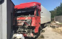 Из-за проблем со здоровьем у водителя в Вильнюсе произошло ДТП с участием тягача