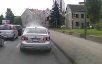 Nufilmavo: iš automobilio kyla dūmai, bet vairuotojas nestoja