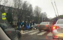 В Каунасе молодой водитель сбил женщину с ребенком