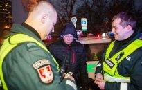 В Вильнюсе водитель внедорожника врезался в полицейский автомобиль