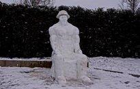 Raseinių gyventojas prie namo pasistatė išskirtinę sniego skulptūrą