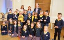 Už dalyvavimą aplinkosauginėje akcijoje moksleiviai buvo apdovanoti