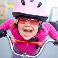 """<span style=""""color: #ff0000;"""">Interneto hitas:</span> tėtis moko sūnų važiuoti dviračiu <sup style=""""color: #ff0000;"""">VIDEO</sup>"""