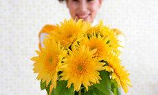 Mergina dovanoja gėles