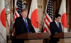 D. Trumpas susitinka su Japonijos premjeru Sh. Abe
