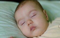 Mokslininkai įspėja: tėvai, migdykite ką tik gimusius vaikus savo kambaryje