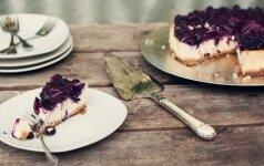 Varškės ir mėlynių tortas, kurio nereikia kepti