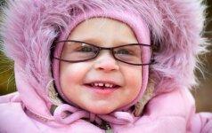 Nufilmavo, kaip kūdikiui uždėjus akinius, jis pirmą kartą aiškiai pamato mamą