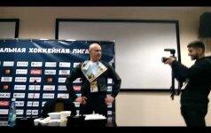 ВИДЕО: Журналист съел газету после выхода минского Динамо в плей-офф