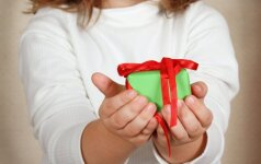 Kalėdų dovanos: kaip išmokyti vaikus ne tik laukti jų, bet ir dovanoti