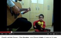 Dvejų neturintis mažylis dainuoja bitlų dainas video