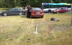 Šalia stotelės moters vairuojamas automobilis išlaužė tvorą