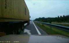 Magistralėje – per plauką nuo nelaimės: nufilmavo keistą sunkvežimio vairuotojo poelgį