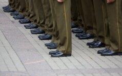 Būti karininku: ginti tėvynę paskatino ir randuotas tėčio petys