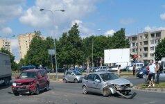 Nufilmuota: Panevėžyje per avariją sumaitoti automobiliai užblokavo kelią