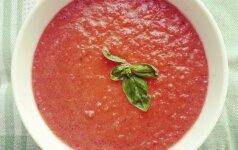 Karštai dienai: šalta pomidorų sriuba ir gaivios salotos