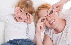 Jaudinantis VIDEO: kaip savo kurčius tėvus nustebino penkiametė
