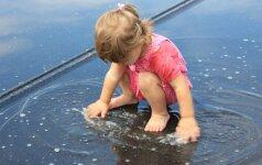 Interneto sensacija - pirmąkart lietų pamačiusio vaiko reakcija VIDEO