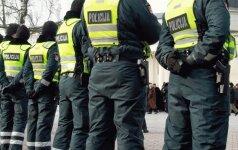 Пьяный полицейский пытался разбить автомобиль такси