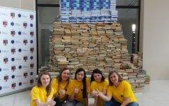 Studentai Šiauliuose statė didžiausią knygų rietuvę