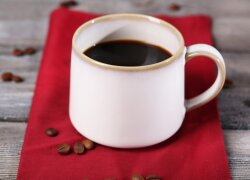 Kodėl kavą būtinai reikėtų užsigerti vandeniu