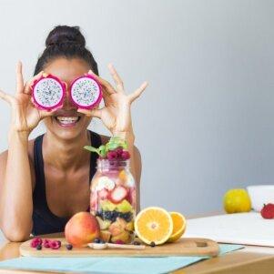 10 vaisių ir daržovių kokteilių gražesnei odai