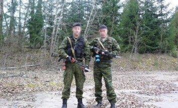 Pareigūnas su kolega iš Lietuvos kariuomenės puozuoja su Rusiško pavyzdžio karinėmis uniformomis