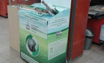 Elektroninėms atliekoms skirtos dėžės prekybos centre. EPA nuotr.