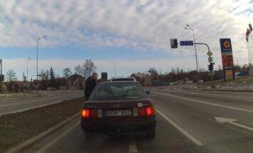 Nufilmavo: kantrybės netekęs vairuotojas Šiauliuose į darbą paleido kumščius