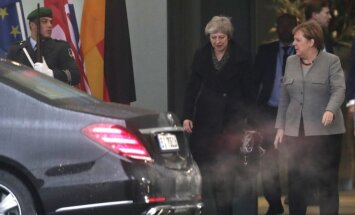 Theresa May susitinka su Angela Merkel