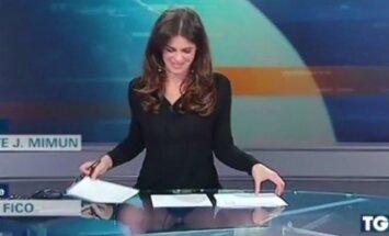 """Italijos žinių <span style=""""color: #c00000;"""">vedėja pamiršo,</span> kad sėdi už permatomo stalo"""