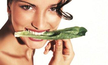 Mergina kanda salotos lapą