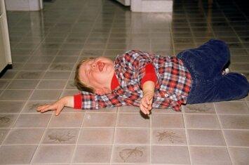 Vaikas griūna ant žemės ir rėki