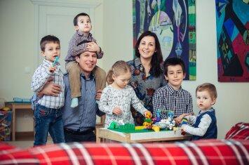 Penkis vaikus auginanti vilniečių šeima neskirsto jų į savus ir įvaikintus