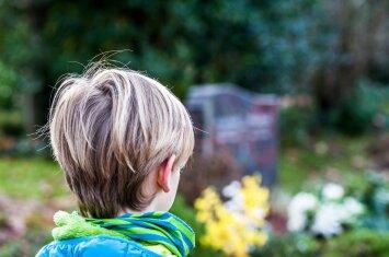 Ar vestis mažą vaiką į laidotuves: psichologės argumentai