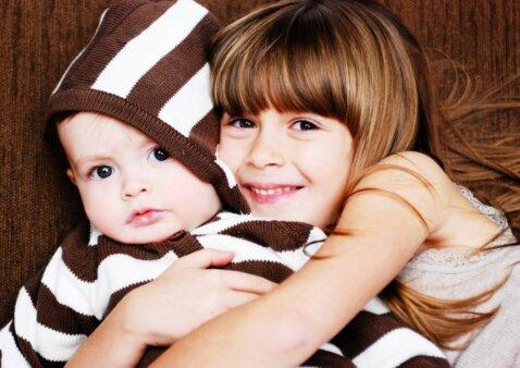 Patarimai, kad vaikas lengviau priimtų naujagimį namuose