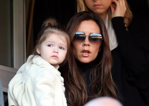 Ar jūs bučiuojate vaikus į lūpas? Beckhamų nuotrauka sukėlė audringą diskusiją