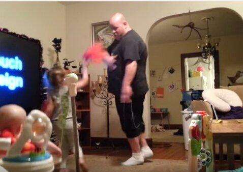 Paslėpta kamera parodė, ką iš tiesų veikia su vaikais likęs tėtis
