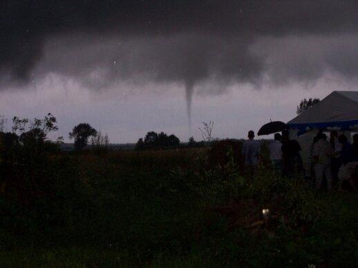 Gamtos šėlsmas savaitgalį: gyventojus stebino patvinusios gatvės ir tornadas