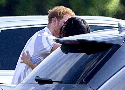 """Paparaciams <span style=""""color: #c00000;"""">pavyko pagauti</span> besibučiuojančius princą Harry ir jo merginą"""