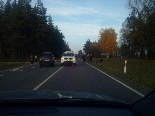 """Varėnos r. susidūrė """"Opel"""" ir motoroleris, dvi merginos ligoninėje"""