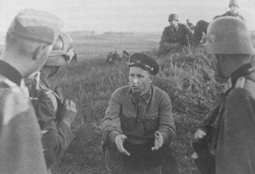 1941 m. birželio 22 d., Vištyčio rajonas. Tardomas į nelaisvę patekęs politinis Raudonosios armijos vadovas (politrukas).