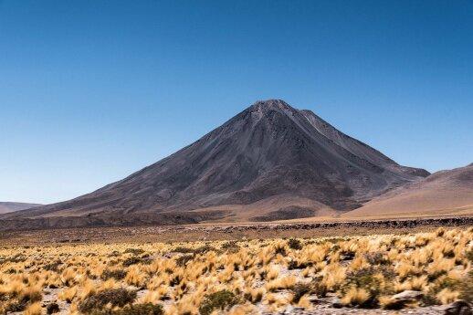 Atakamos kalnų ir ugnikalnių viršūnėse mažai sniego ir ledo dėl itin žemo kritulių kiekio