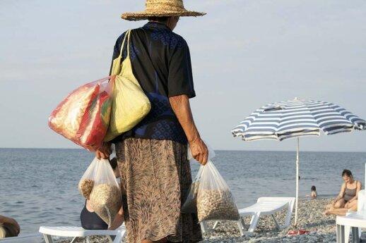 Paplūdimiuose džiovintus vaisius, saulėgrąžas, chačapurius poilsiautojams dažniausiai siūlo senutės