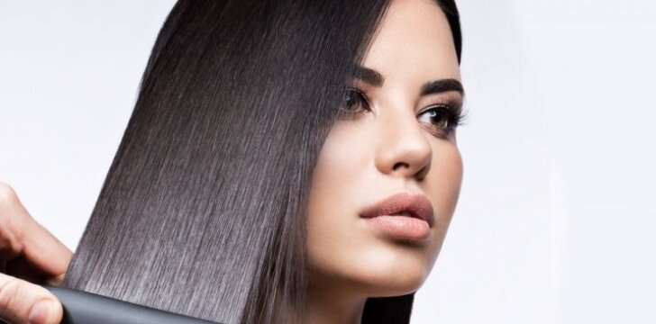 Kaip idealiai ištiesinti plaukus be tiesintuvo