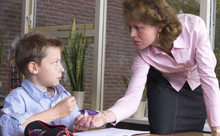 Vaikas skundžiasi, kad pedagogė ant jo rėkia: kaip elgtis tėvams