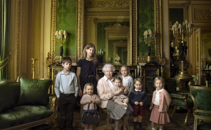 Karalienės ir anūkų nuotrauka: atskleidė vieną kuriozišką detalę
