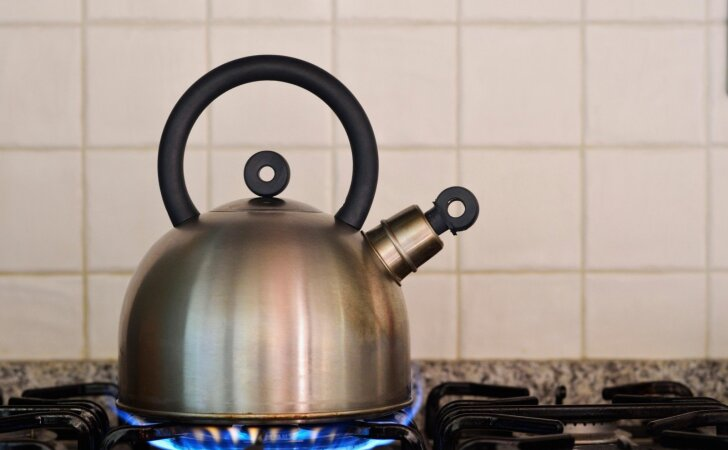 IŠBANDYTA: senas arbatinukas akimirksniu ima blizgėti