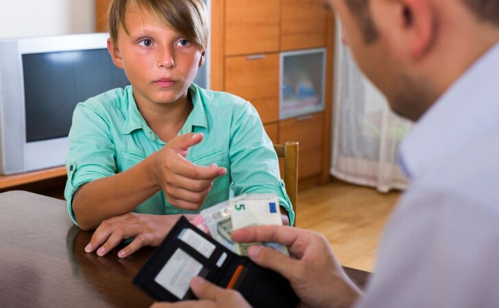"""""""Išplauk indus, duosiu 2 eurus"""": ką apie tokį vaikų auklėjimą mano psichologė"""